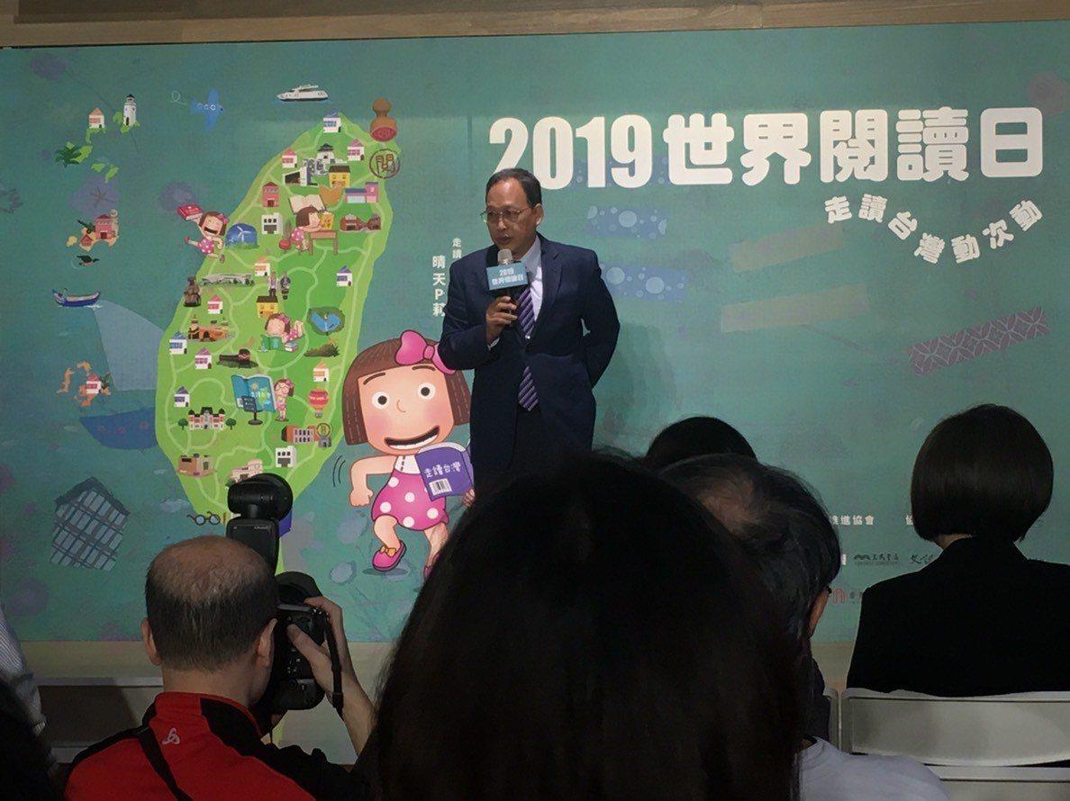 教育部主任秘書朱楠賢表示認同推廣閱讀教育必要性,並以行動參與走讀活動規劃,到場體...