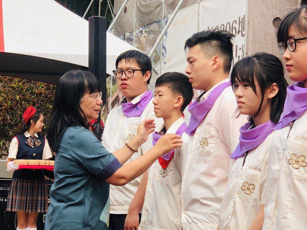 「聞喜宴」上由校長張淑霞親自為獲獎同學授獎。 光華高中/提供