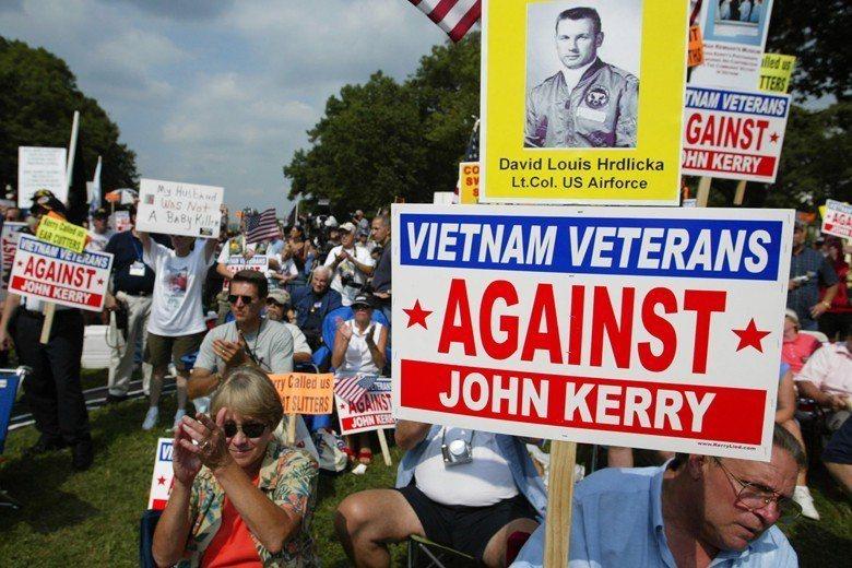 2004年,18位越戰老兵一同站上國際新聞大樓開記者會,攻擊民主黨候選人凱瑞疑似逃兵一事,最後也證實是公關公司操刀的假新聞。 圖/新華社