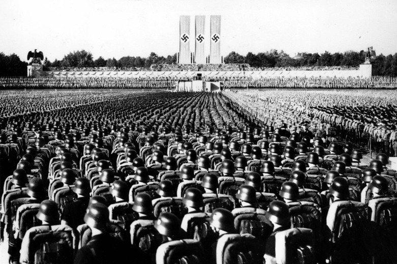 納粹德國所形塑的大型演說風格,至今仍是政治宣傳研究的經典案例。圖為1936年希特勒的演說照。 圖/美聯社