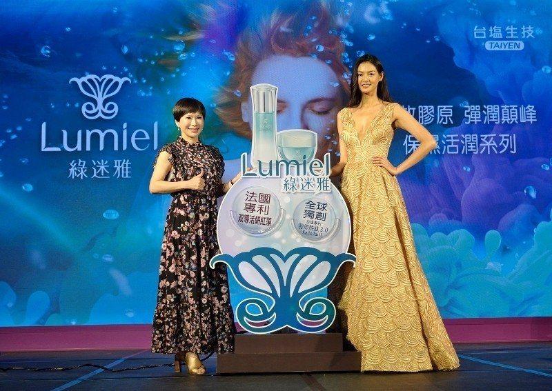 台鹽總經理吳旭慧(左)與超模林嘉綺,攜手發表「綠迷雅保濕活潤超進化系列」,該產品...