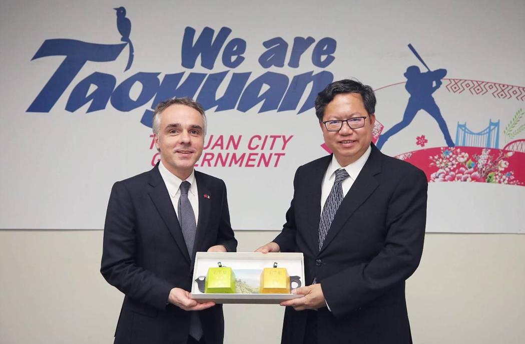 法國在台協會主任紀博偉(左)說,法商對投資桃園躍躍欲試,此次拜會行程讓法商了解桃...