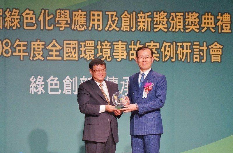行政院環保署長張子敬(左)頒發第一屆「綠色化學應用及創新獎」,永光化學總經理陳偉...