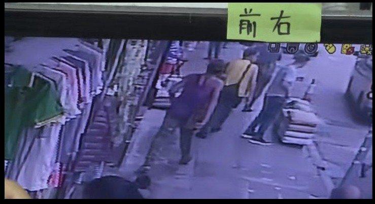 深水埗發生入屋搶劫,其中一名身穿背心的嫌疑人離開案發現場。(梁銘康翻攝)