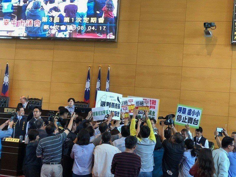 台中市議會綠營議員在表達「拒絕一國兩制․守護自由民主」的訴求後,才正式進入報告及...