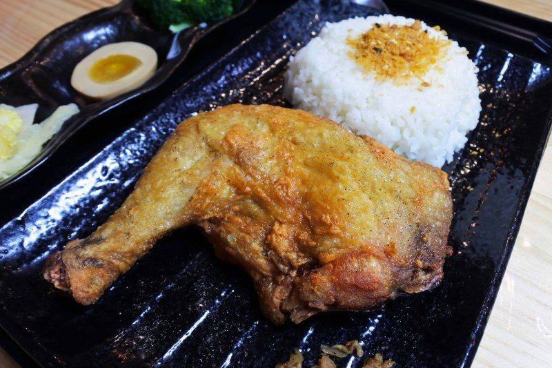 (圖/台灣旅行趣) ▲店家採用帶骨雞腿,再用特殊醃料醃製與薄脆粉油炸,呈現金黃酥...