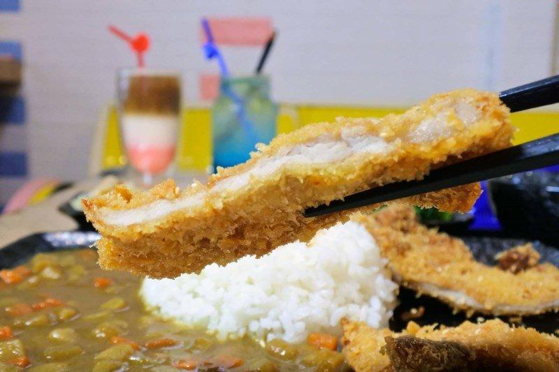 (圖/台灣旅行趣) ▲豬排也是使用獨特醬料醃製,油炸後黃金酥脆豬排外皮咖滋咖滋的...