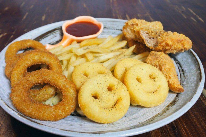 (圖/台灣旅行趣) ▲飯後之餘大人與小孩都喜歡的小點,有薯條、洋蔥圈、微笑薯餅、...