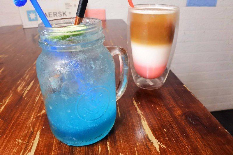 (圖/台灣旅行趣) ▲別擔心喝了會對身體不好!【惡T Café】是用氣泡機倒入白...