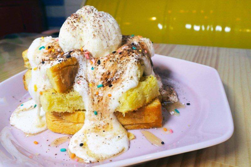 (圖/台灣旅行趣) ▲蜜糖吐司層層堆疊,再鋪上鮮奶油、巧克力粉、香草冰淇淋,冰融...
