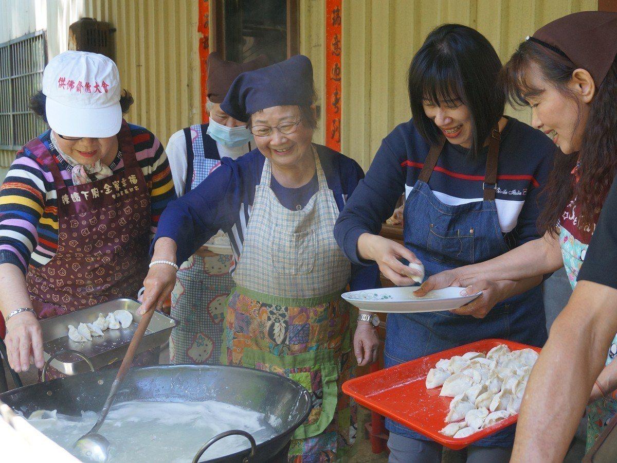 林口區長劉淑芬與長者一起包餃子,並宣導性別平等與暴力防治觀念,一次達成銀髮共餐、...