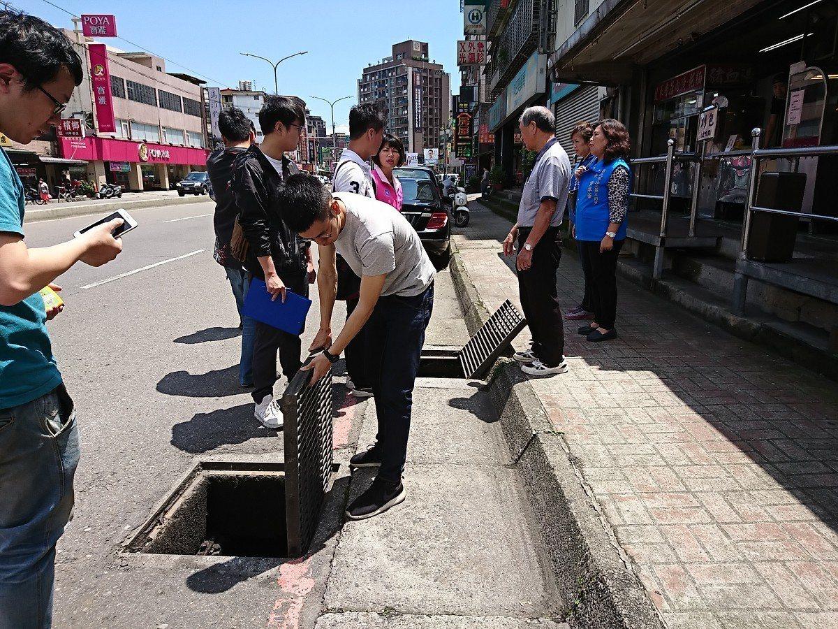 汐止區大同路二段,一整排的假水溝放著積水還被亂丟垃圾,引起民怨,市議員白珮茹現場...