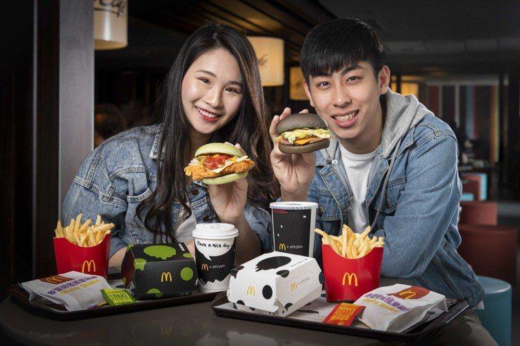 期間限定的「雙牛起司黑堡」與「莎莎脆鷄腿堡」。圖/麥當勞提供