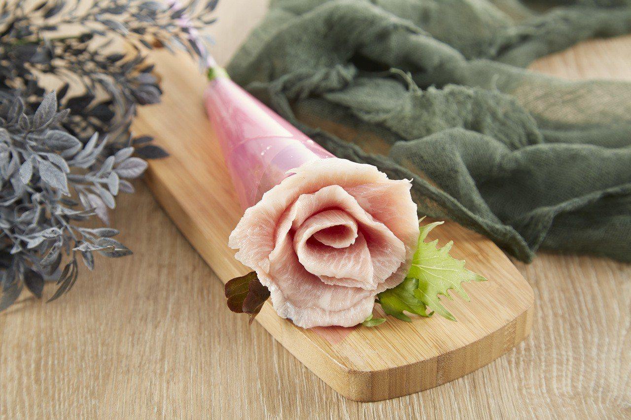 5月1日至5月13日期間,帶媽媽來店內用餐,加贈「燒肉玫瑰花」。圖/王品提供