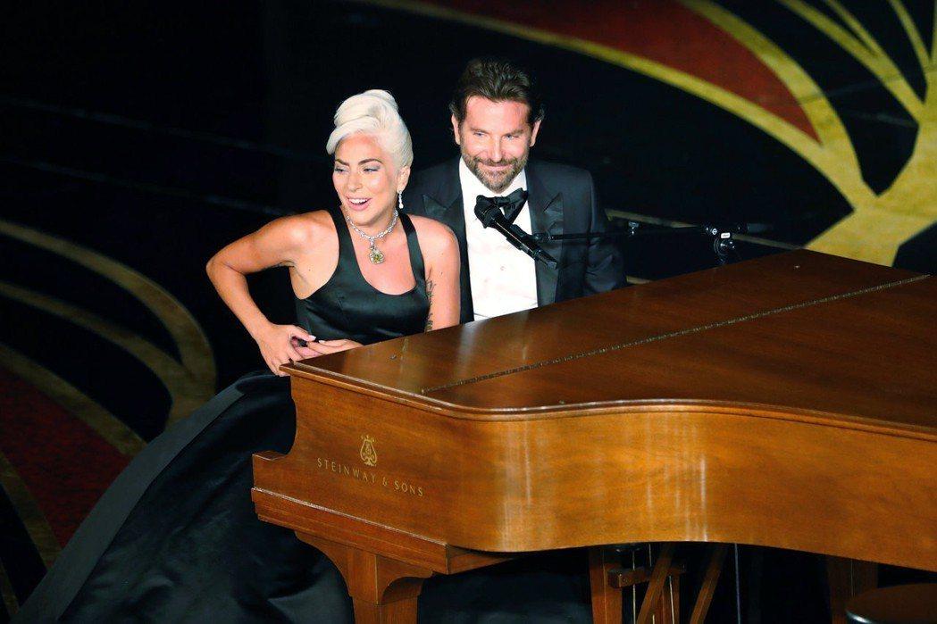 女神卡卡與布萊德利庫柏在奧斯卡頒獎的真情流露演出,一直被八卦雜誌只是「假戲真作」...
