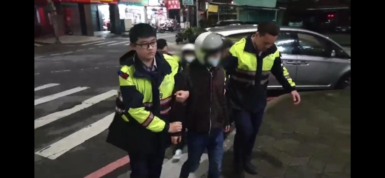 警方半小時之內火速將2名教唆打人的嫌犯逮捕歸案,同時全力追查在逃的另外3名涉案人...