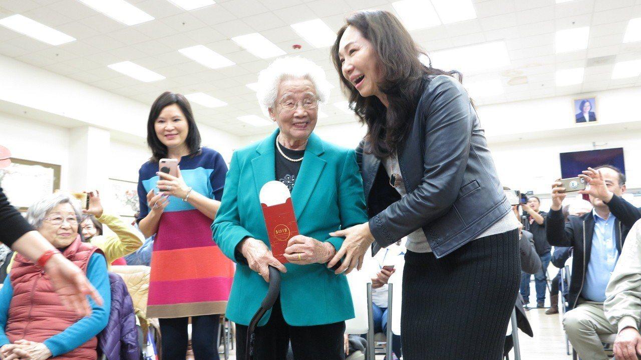 現場年紀最長的是99歲老奶奶陳萬桂華,她雀躍地從李佳芬手中收下小紅包祝福。記者王...