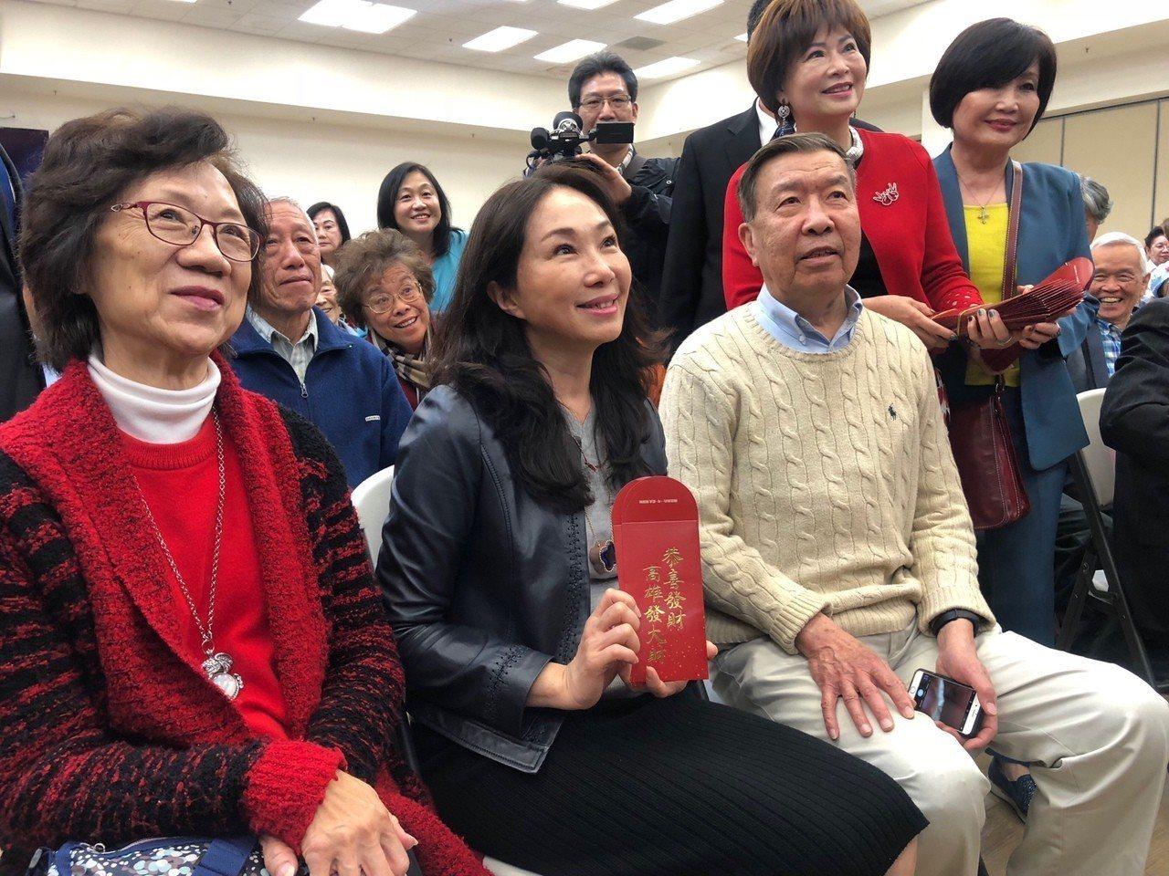 李佳芬造訪舊金山一處華僑文教中心,與銀髮僑胞話家常,主辦單位準備印有「高雄發大財...