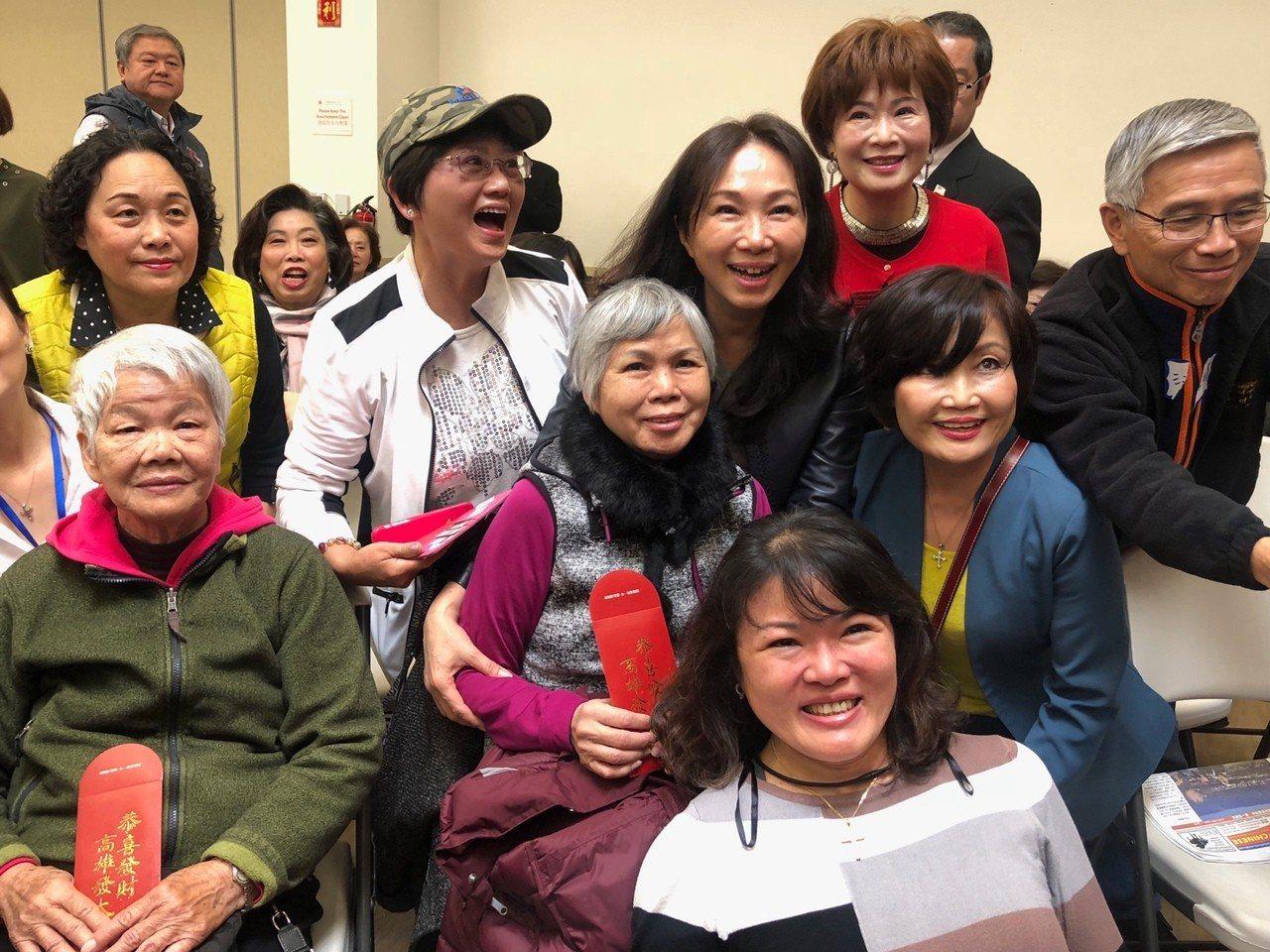 高雄市長韓國瑜的妻子李佳芬美西時間16日上午造訪舊金山一處華僑文教中心,與銀髮僑...