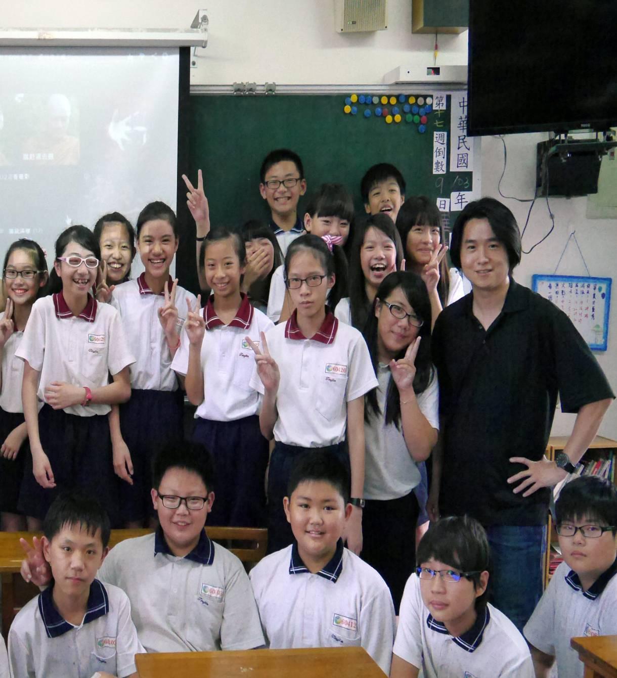 頭家國小老師邱柏勳(右一、黑衣)。圖/台中市教師會提供