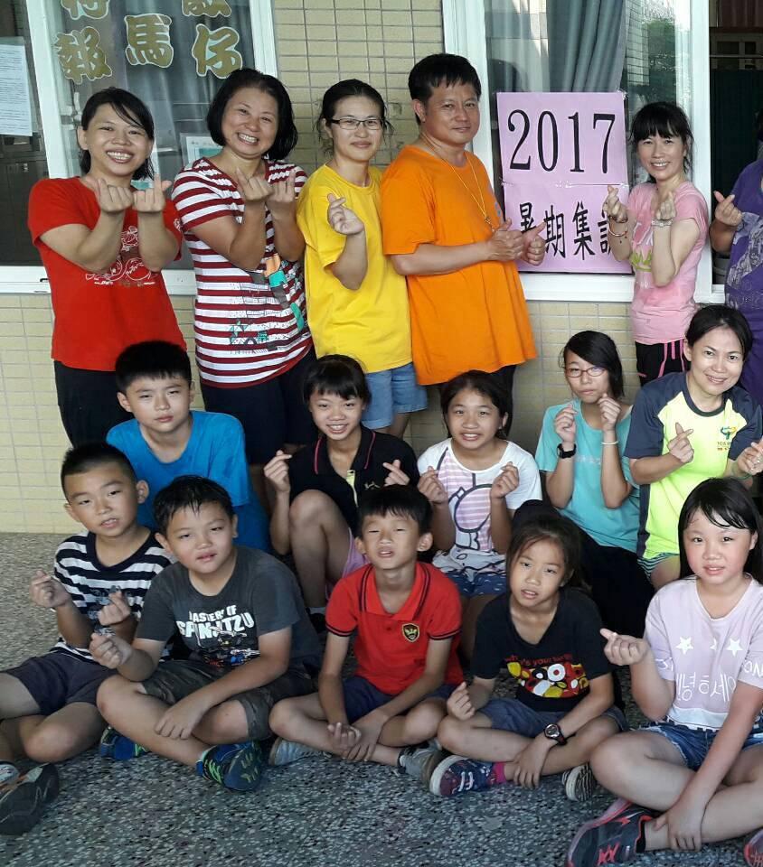 大德國小老師王仁齊(橘色上衣)。圖/台中市教師會提供
