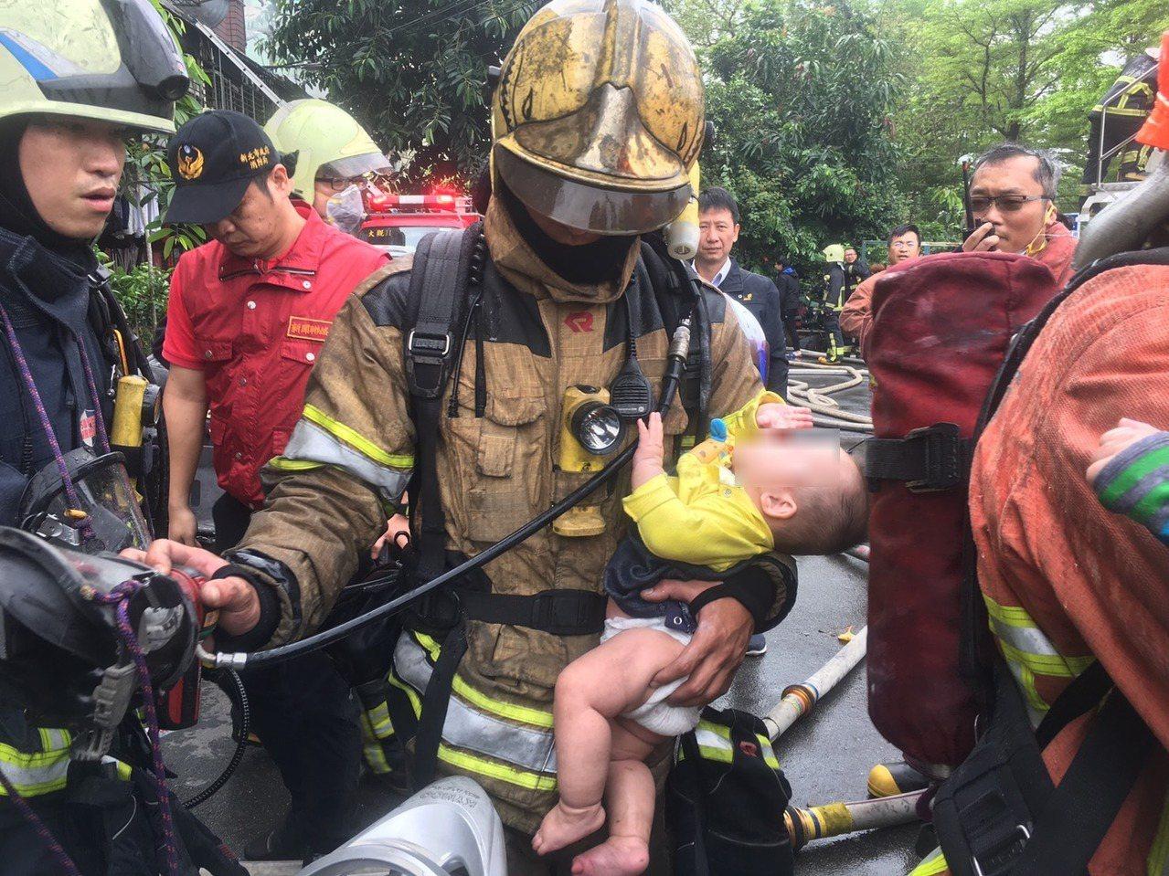 消防人員救出男童送醫。圖/新北巿消防局提供