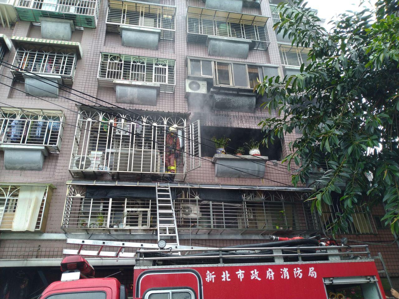 新北巿板橋區南雅西路二段一處公寓2樓起火。圖/新北巿消防局提供