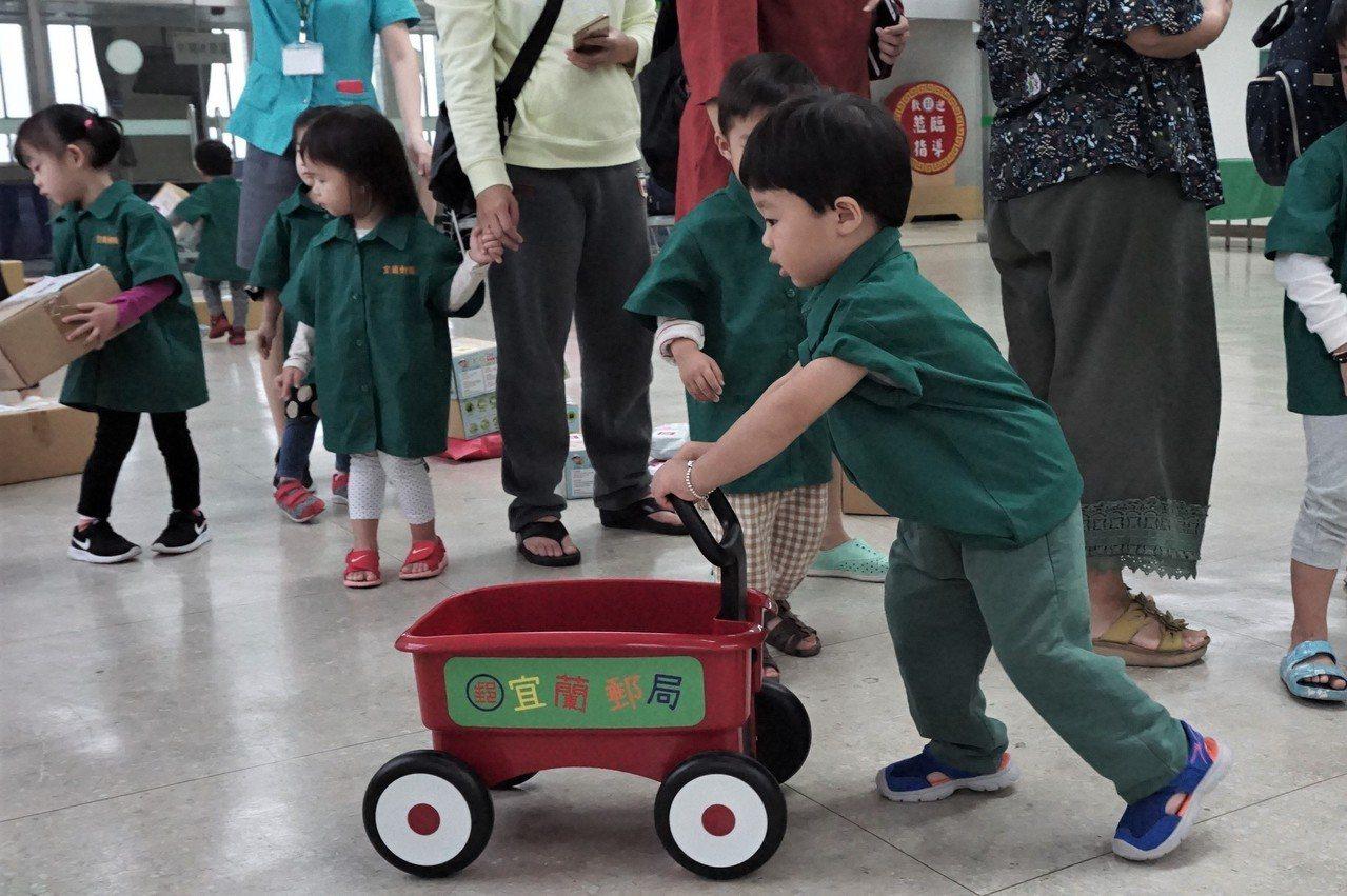 宜蘭郵局將於4月20日在員山公園舉辦「歡樂兒童月 愛心1+1」公益園遊會,邀請知...