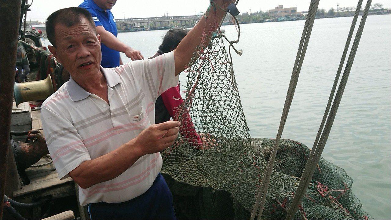 漁民表示,車輛落海時疑將魚網扯破。記者卜敏正/攝影