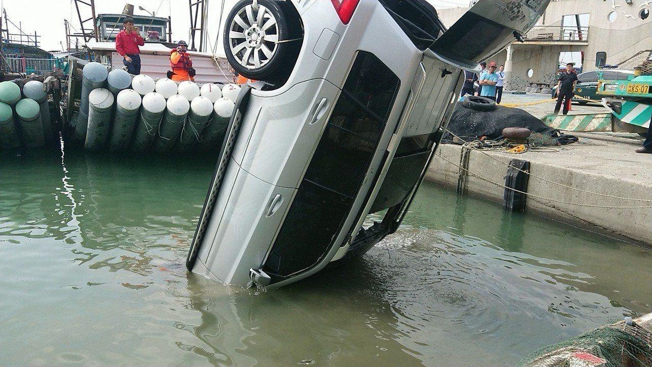 救難人員打撈第2輛銀色自小客車上岸。記者卜敏正/攝影