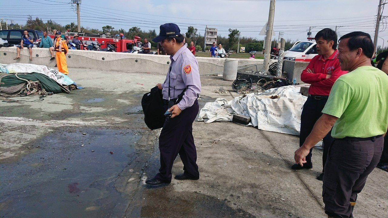 救難人員在海面上打撈到一件防彈衣。記者卜敏正/攝影