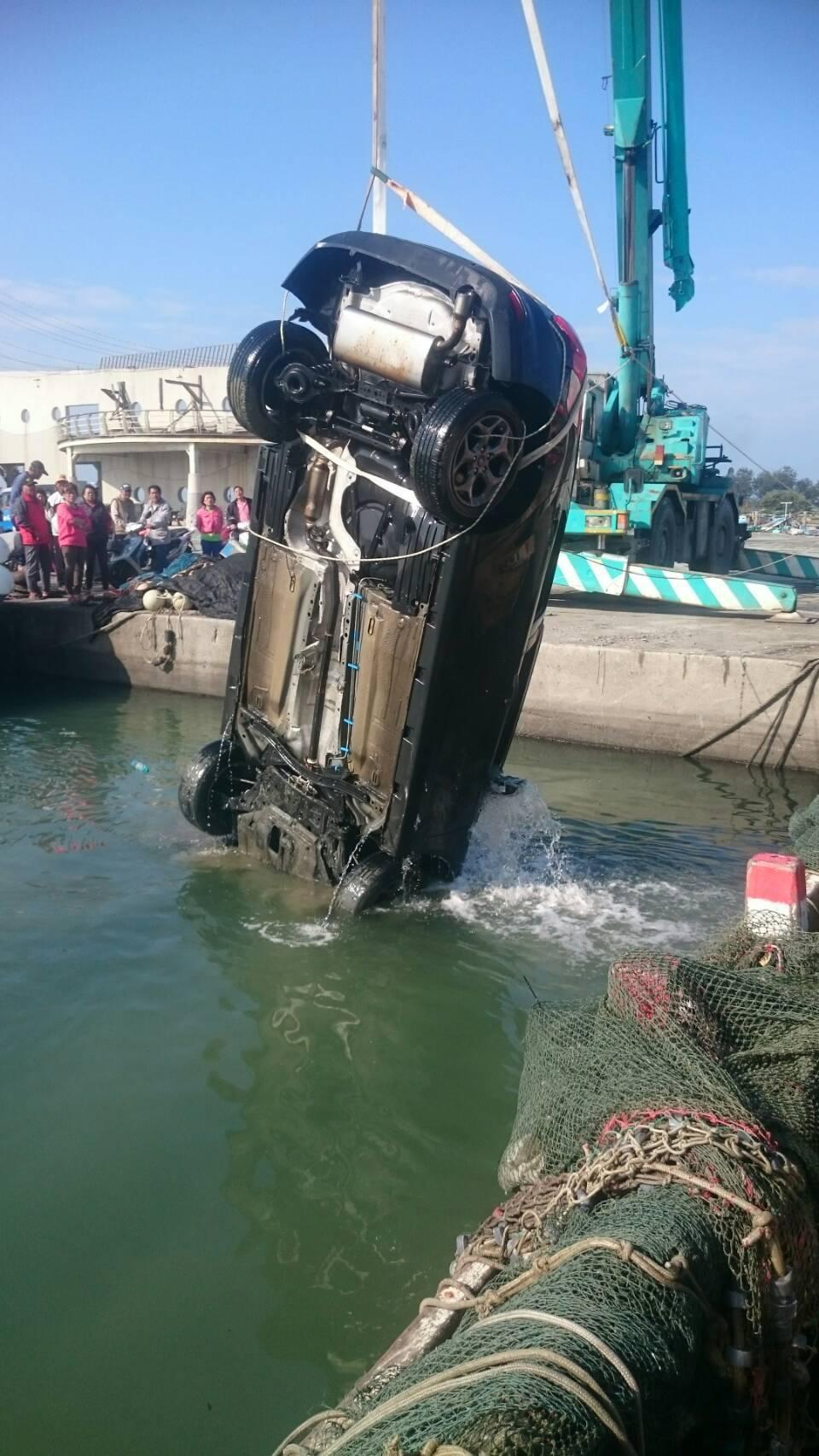 救難人員打撈落海自小客車上岸。記者卜敏正/攝影