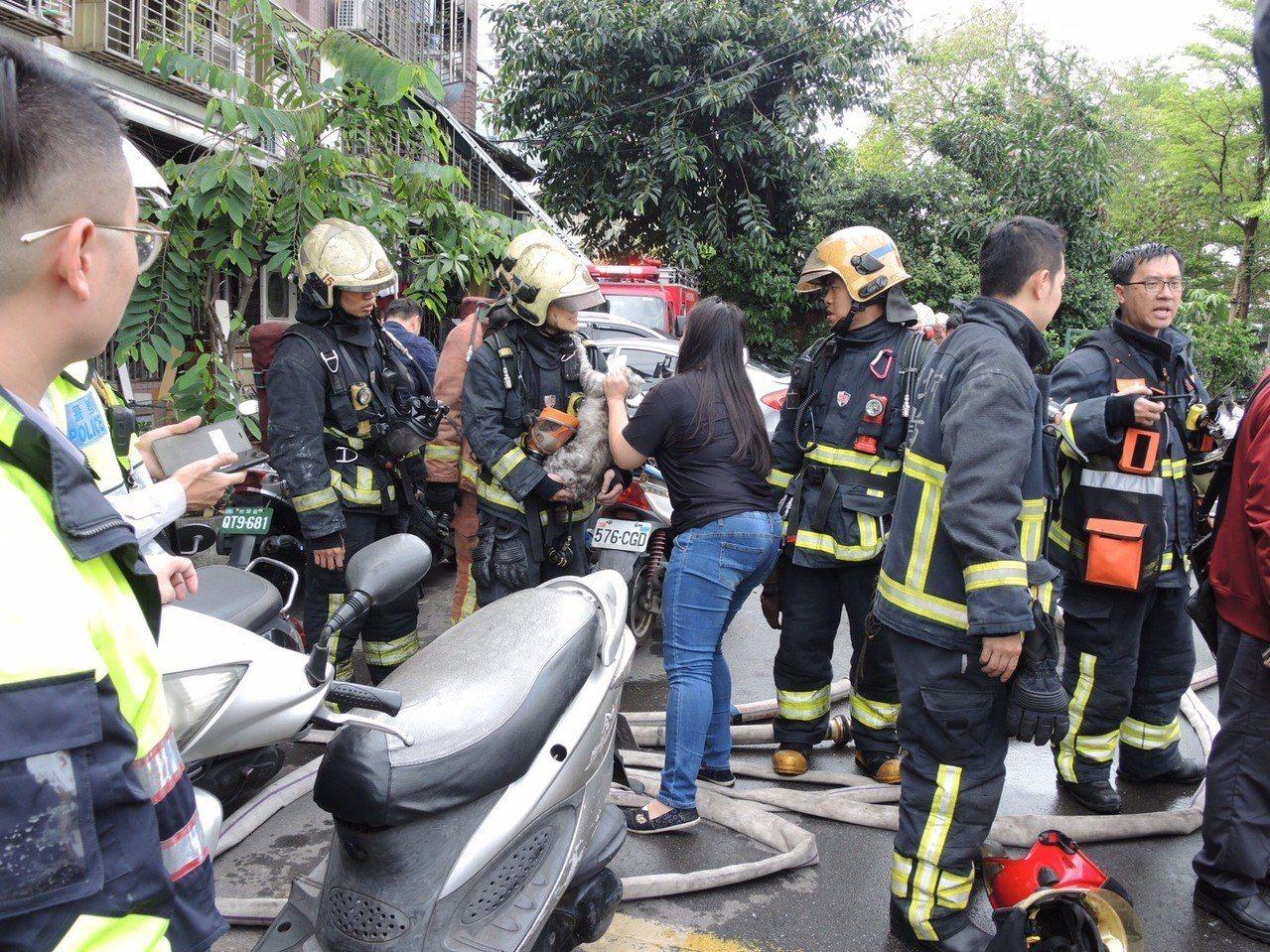 新北市板橋區館前西路今天清晨7時一棟公寓2樓發生火警,一度傳出公寓內有多人受困,...