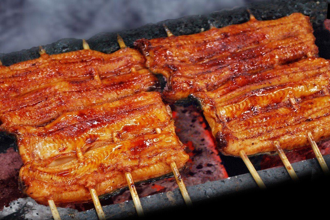江戶川採用當日現宰鰻魚,以先蒸後烤的技法處理。