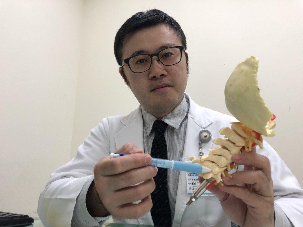 光田醫院醫師嚴可倫說明,患者問題出在第6和第7節頸椎。記者游振昇/攝影