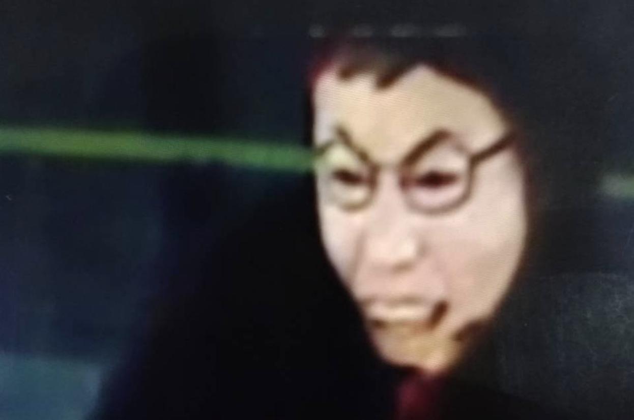 嫌犯帶的人臉面具,乍看之下竟和台北市長柯文哲有幾分神似。記者吳淑玲/翻攝