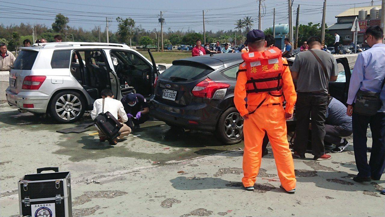 警方在現場調查落海車輛。記者卜敏正/攝影