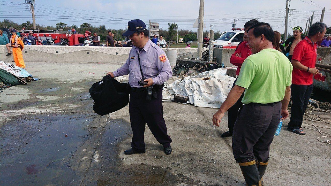 警方在海面上打撈到一件防彈背心。記者卜敏正/攝影