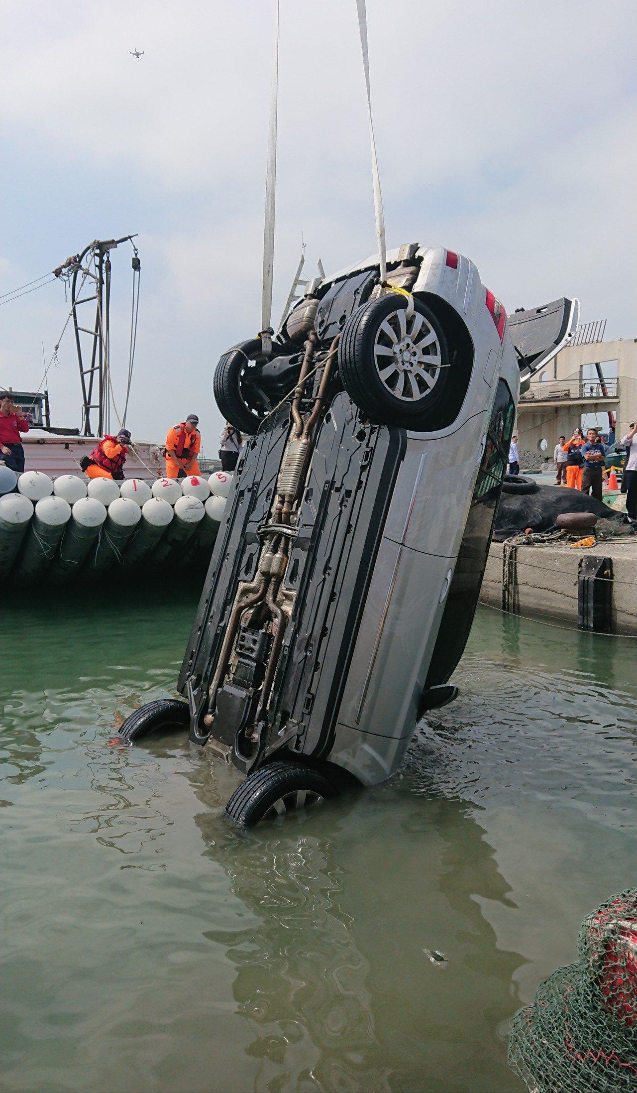 銀色自小客車被打撈上岸。記者卜敏正/攝影