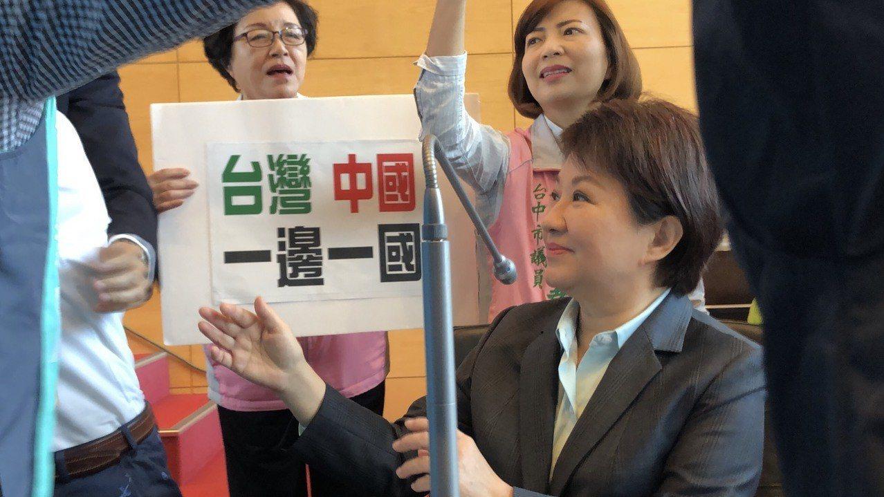 台中市長盧秀燕被國民兩黨議員團團包圍。記者陳秋雲/攝影