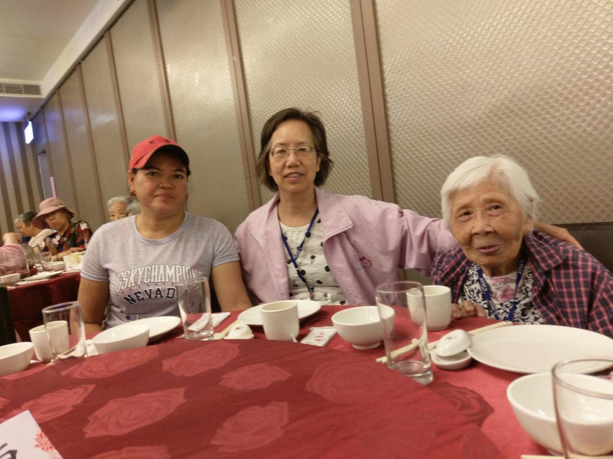 印尼籍外籍看護工雅蒂(左)今年獲得新竹市模範外籍移工社福類獎項。圖/勞工處提供