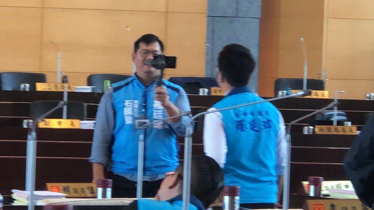 國民黨新科議員羅廷瑋在場內直播,議事進行中。記者陳秋雲/攝影