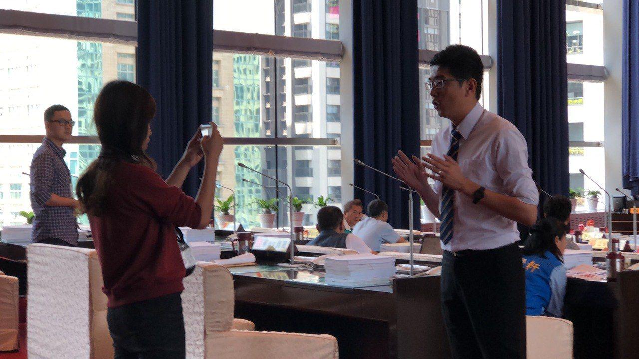 民進黨議員黃守達(右)適時直播,解釋現場狀況及陳述自己的意見。記者陳秋雲/攝影