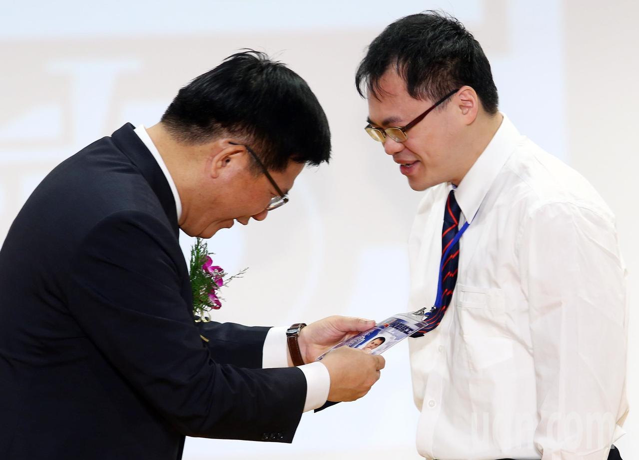 台鐵今天上午舉行模範勞工表揚大會,交通部長林佳龍(左)親自到場表揚,其中台北運務...