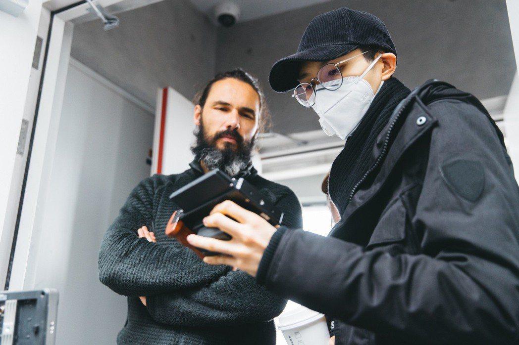 方大同(右)新歌「白髮」MV找來義大利籍攝影師合作。圖/賦音樂提供