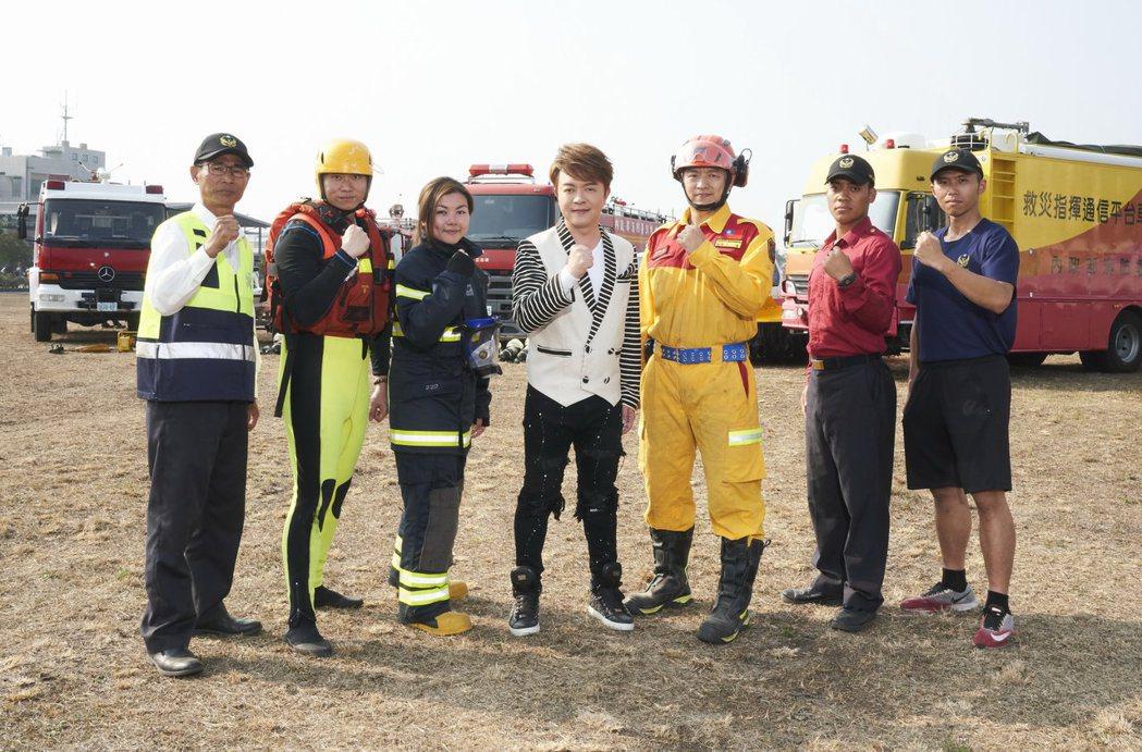 翁立友新歌「拼命的堅持」MV在消防署南投訓練基地拍攝。圖/豪記提供