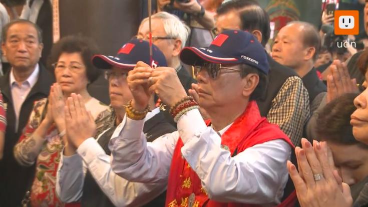 鴻海董事長郭台銘今天(17日)上午到板橋慈惠宮參拜。記者徐宇威/攝影