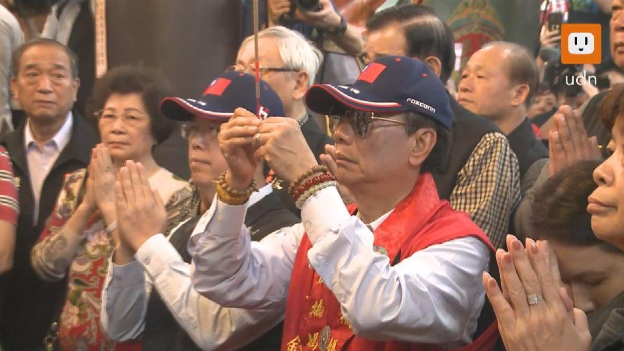 鴻海董事長郭台銘17日上午到板橋慈惠宮參拜。記者徐宇威/攝影
