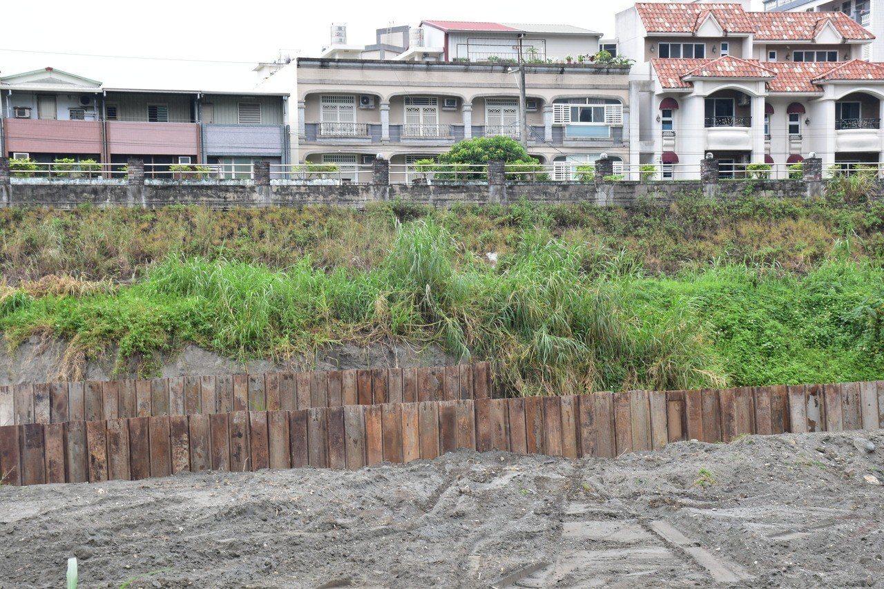 擋排水圍堰鋼板已設置好,暫時讓溪流不淹到其他河床上。記者王思慧/攝影