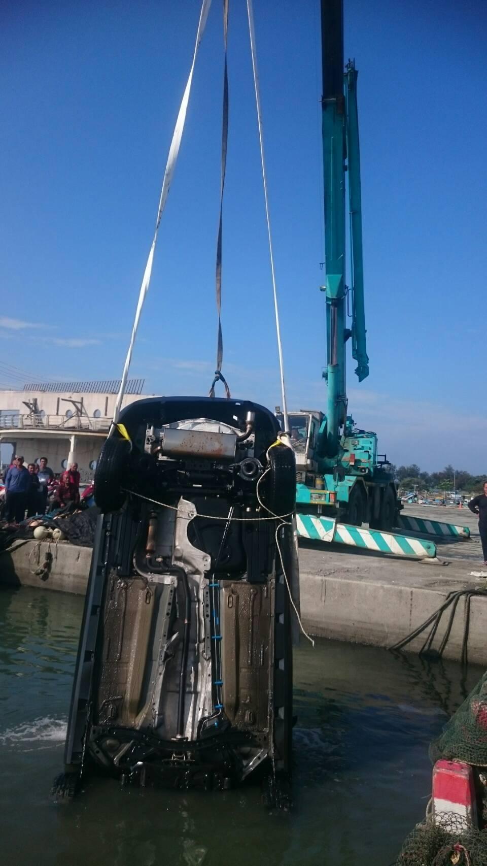 警消將落海車輛調上岸。記者卜敏正/攝影